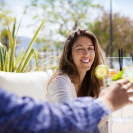 Amics a la terrassa de l'Hotel Marítim de Roses