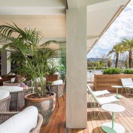 Bar amb terrassa amb vistes a la mar a l'Hotel Marítim