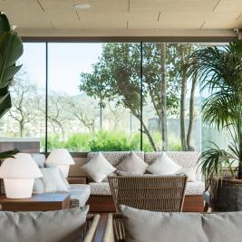 Zona relax amb sofàs i plantes a l'Hotel Marítim