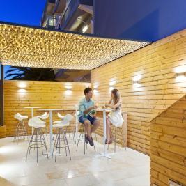 Couple buvant un cocktail sur la terrasse du restaurant Les Algues à Roses