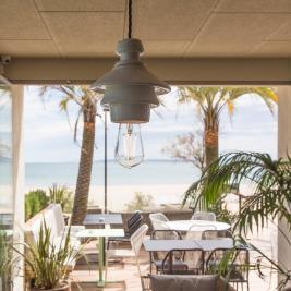 Espai interior obert amb vista a la mar a Hotel Marítim
