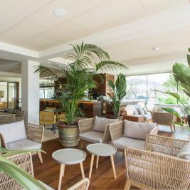 Halle mit Pflanzen des Hotel Marítim