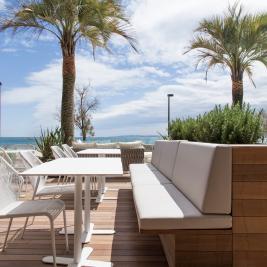 Terrasse, um vor dem Meer in Roses etwas zu trinken