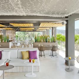 Cocktails en terrasse vue sur la mer Hotel Marítim Roses Costa Brava