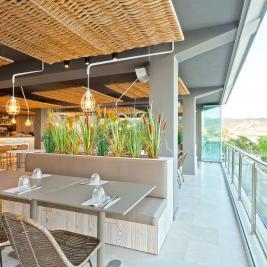 Terrasse avec vue mer dans le restaurant Les Algues de l'Hôtel Marítim de Roses