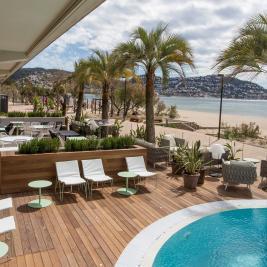 Terrasse mit Pool direkt am Meer in einem Hotel an der Costa Brava