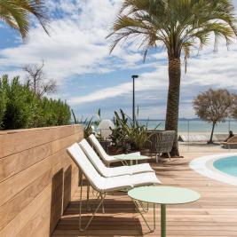 Terraza con piscina y vistas al mar Hotel Marítim Roses Costa Brava
