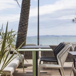 Terrasse mit Tischen vor dem Meer in Roses